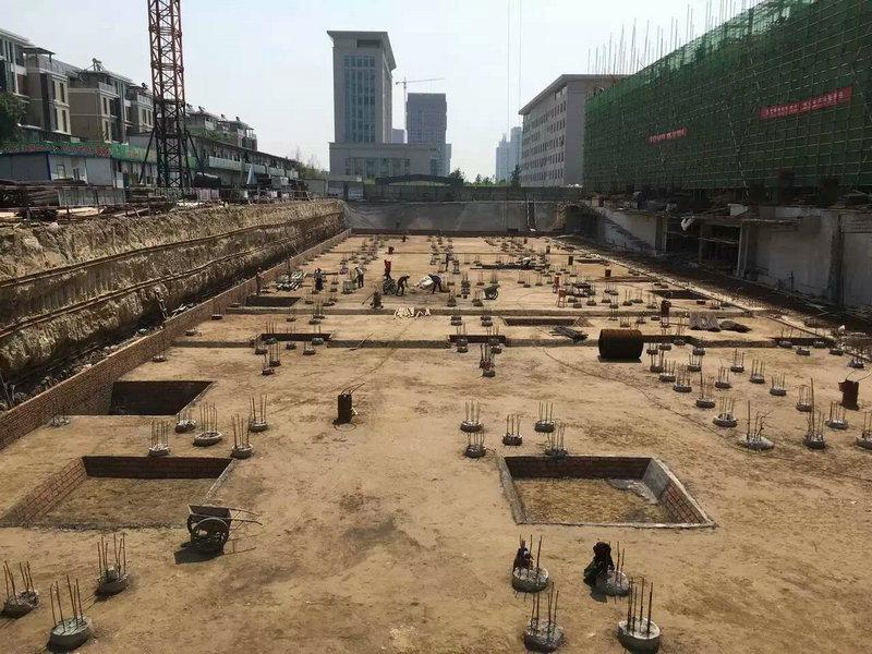 已完工的钢筋混凝土灌注桩和正在施工的基坑支护