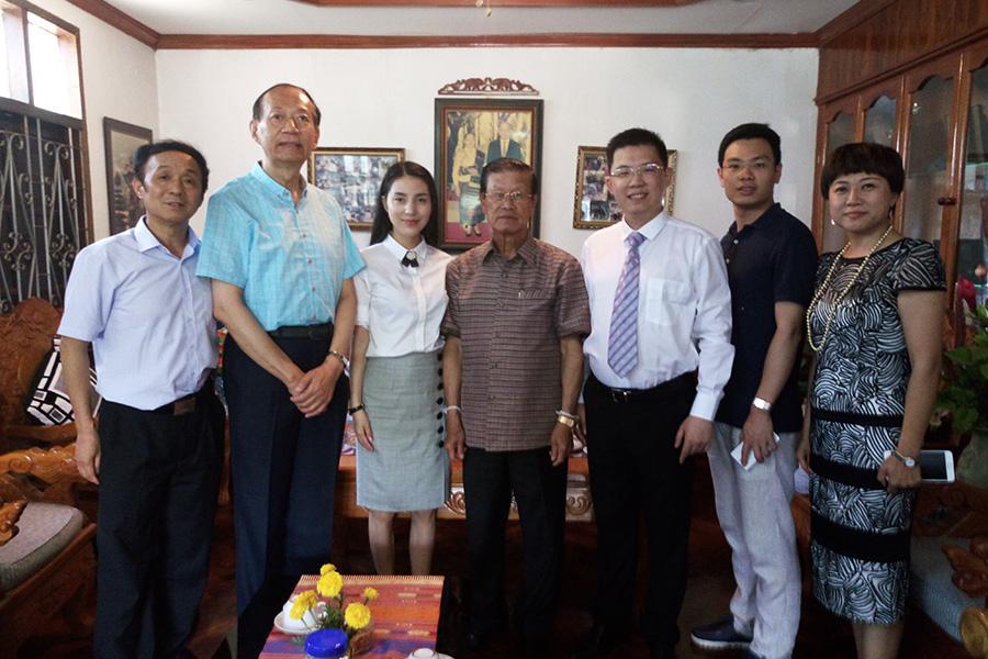 在老挝前总理宋沙瓦阁下家中合影留念