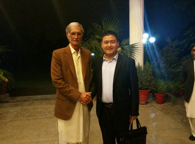 在巴基斯坦KP省首席部长Pervaiz Khattak先生府邸就餐合影留念