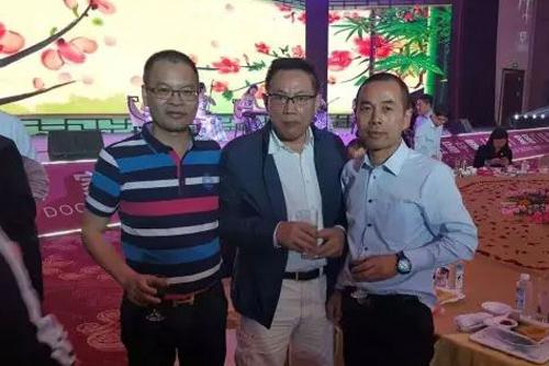 董事長曾強先生(右)與任志強先生(中)
